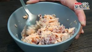 將飯及鮭魚一起攪拌