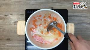 水滾加入紅蘿蔔、馬鈴薯