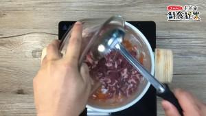 燙約1~2分鐘後加入番茄、豬肉