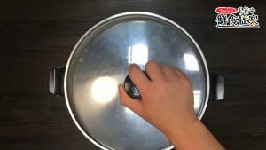 電鍋外鍋倒入一杯水,雞肉餅放入電鍋,電鍋跳起後悶15-20分鐘