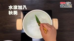 水滾,秋葵燙2~3分後撈起