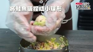 將混合後的食材捏成小球狀